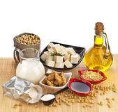 Sojabohnen und soja-produkte, die isoliert auf weiss — Stockfoto