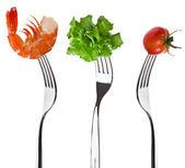 Levensmiddelen op een vork geïsoleerd op witte achtergrond — Stockfoto