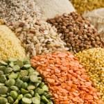 Mercimek, fasulye, bezelye, tahıl, kabuğu çıkarılmış tane, soya fasulyesi, baklagiller ahşap kutusunda bir varyasyon — Stok fotoğraf