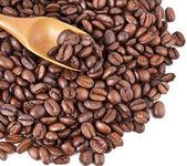 Kaffebönor med träslev, isolerade — Stockfoto