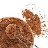 Cacao en polvo con cucharilla aislado sobre fondo blanco — Foto de Stock