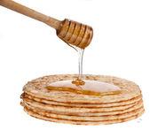 Pannkakor med honung isolerad på vit — Stockfoto