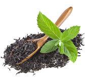 葉茶と白の背景に分離した新鮮な緑ミントの葉と竹スプーン — ストック写真
