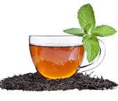 Vidro copo de chá com folha de hortelã, isolada no fundo branco — Foto Stock
