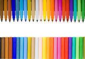 Feutres multicolores isolés sur blanc — Photo