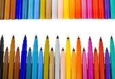 Veelkleurige voelde pennen grenskader op wit — Stockfoto