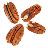 Gepeld pecan noten close-up, geïsoleerde op witte achtergrond — Stockfoto