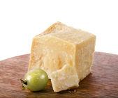 チーズの白で隔離されるパルメザン木製ボード — ストック写真