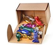Präsent karton mit bunten bonbons, die isoliert auf weiss — Stockfoto