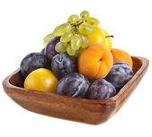 新鮮なフルーツ、白で隔離される木製のボウルで — ストック写真