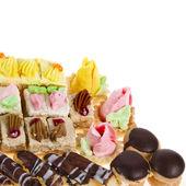 カラフルなケーキやデザートを白で隔離されます。 — ストック写真