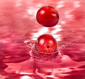 Rijpe bes cranberry vallen in een cocktail — Stockfoto