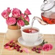 Tea cup with rose bouquet — Stock Photo