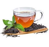Vidrio taza té con hojas de menta, aislado sobre fondo blanco — Foto de Stock