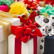 Many colorful gift boxes with bows isolated - Foto Stock