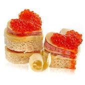 ペア ハート形のサンドイッチの白で隔離される赤キャビア添え — ストック写真