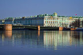 View Winter Palace in Saint Petersburg with reflection from Neva river. Russia — Stock Photo