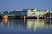 Découvre le palais d'hiver à saint-pétersbourg avec la réflexion de la rivière neva. russie — Photo