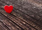 Liebe herz auf sprung aus holz textur hintergrund, valentinstag-karte-konzept — Stockfoto