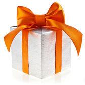 金丝带蝴蝶结,孤立在白色背景上的银色礼品盒 — 图库照片