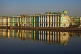 View Winter Palace in Saint-Petersburg from Neva river. Russia — Photo