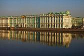 Voir palais d'hiver à saint-pétersbourg de la rivière neva. russie — Photo