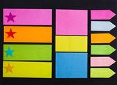 黒の背景に空の色メモ付箋紙メモ — ストック写真