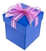 Regalo avvolto presente scatola con fiocco in raso rosa isolato su bianco — Foto Stock