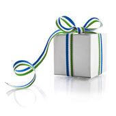 Caja de regalo con cinta verde raya blanca aislado sobre fondo blanco — Foto de Stock