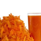 玻璃的胡萝卜汁和堆胡萝卜磨碎上白色隔离 — 图库照片