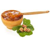 La bacca fresca cloudberry marmellata bowlwith da vicino isolato su bianco — Foto Stock