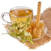 Tazza di tè con miele di tiglio nel tovagliolo di tela panno isolato su sfondo bianco — Foto Stock