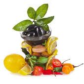 Rand van toren olijven schotel met groenten, kruiden, specerijen — Stockfoto