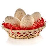 Türkiye'de yumurta izole kırpma yolu ile beyaz arka plan üzerinde sepeti — Stok fotoğraf