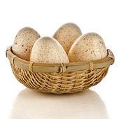 Quatro ovos no cesto isolado no fundo branco com traçado de recorte — Fotografia Stock