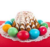 Wielkanoc chleb ciasto i kolorowych jaj — Zdjęcie stockowe