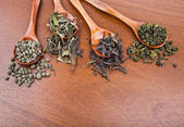 Dried green and black tea leaves — 图库照片