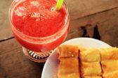 Brood en boter en strawberry smoothie. — Stockfoto