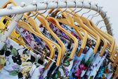 Spodnie sklep wiszące na rynku bielizny. — Zdjęcie stockowe