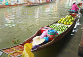 Fruit floating markets boat — Stockfoto