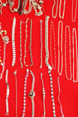 Gold and silver jewelry at the market — Stockfoto