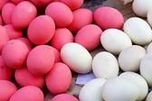 консервированные яйца на рынке — Стоковое фото