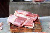 Carne de cerdo cruda fresca en el mercado — Foto de Stock