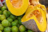 Fresh yellow pumpkin and lemon on the market — 图库照片