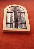 Hnědá vinobraní okna a cihlová zeď — Stock fotografie