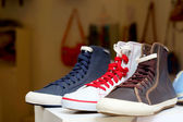 Shop canvas shoes on the market — Stockfoto