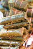 Riso glutinoso avvolto in foglie di banano - dessert Thailandia. — Foto Stock
