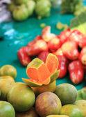 оранжевые фрукты на рынке — Стоковое фото