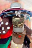 Hüte sind gestapelt für den verkauf auf dem markt — Stockfoto