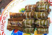 Klebrigen reis eingewickelt in bananenblätter - dessert-thailand. — Stockfoto